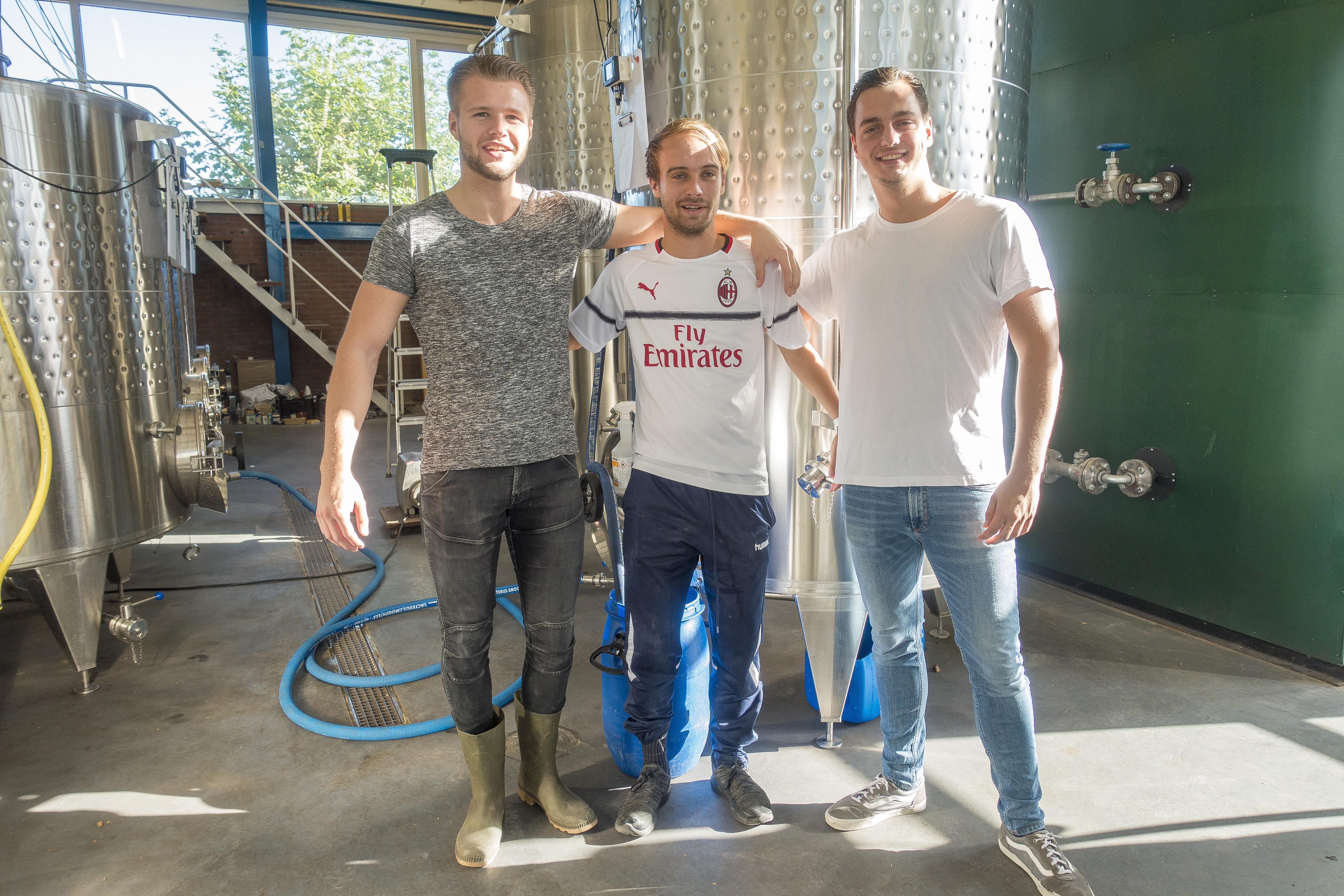 Vlnr: Lars Kerkhoff, Mike Olgers, en Pim Bronts, bij 'hun' 2000-liter tank. Laura Knip niet op foto wegens ziekte (foto: Anita Webbe